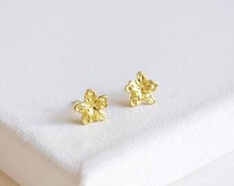 SALE . silver flower stud earrings . floral stud earrings . tiny flower earrings . simple flower studs . flower petal earrings