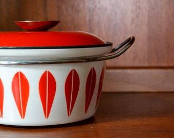 vintage red cathrineholm enamel lotus casserole dish / midcentury modern kitchen / grete prytz kittelsen