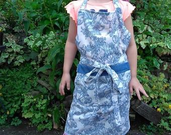 Adjustable size apron