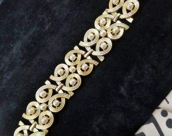 Lovely Gold Tone Bracelet with Faux Pearl Details