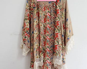 Kimono with Flower and Lace Trim in Taupe Brown