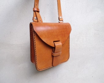 Leather crossbody bag, small. Handmade leather bag. With inside pocket. Leather shoulder bag. Light brown.