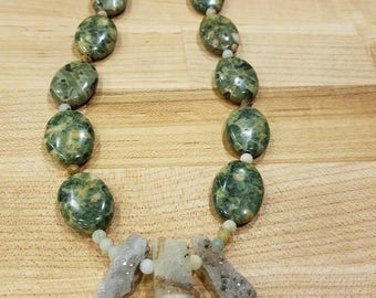 Green agate beads and geodes necklace. So pretty and awesome ! They sparkle !