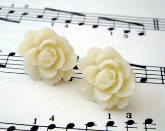 Vintage style flower earrings - ivory flower on silver studs