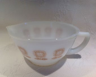 """Federal Glass batter cup - Cup mixing """"Sunflower"""" milk glass - collection / / made in the United States"""