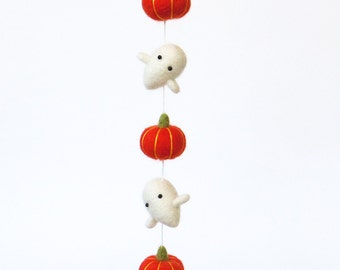 Halloween decor : needle felted baby ghost miniature garland with orange pumpkins.