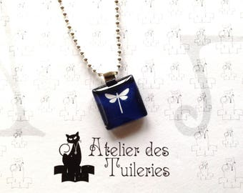 Square 20 mm glass pendant. Dragonfly motif. Blue/white.