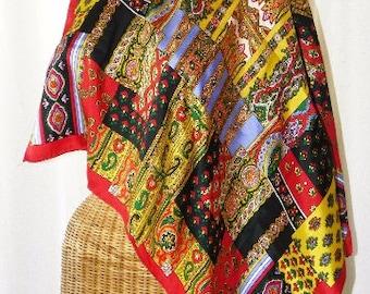 Foulard en soie rouge Paisley jaune Patchwork Design des années 1970 l'écho neuf
