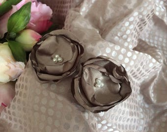 Flower 5 cm satin taupe beads