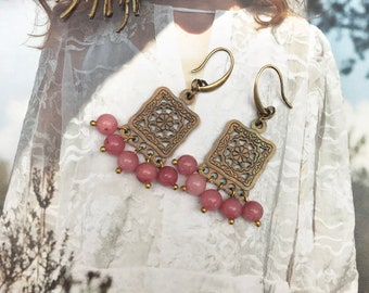 DANCING QUEEN. Handmade earrings with Bohemian pendant and strawberry quartz edelsteentjes.