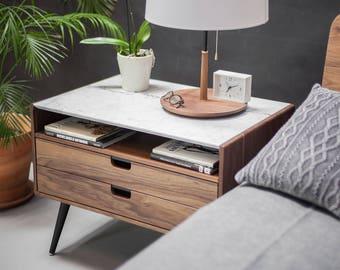Nachttisch mit zwei Schubladen in massivem Walnuss / Eichenholzbrett und oben Carrara Marmor