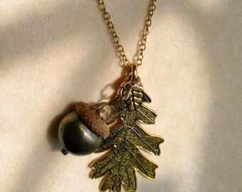 Pendentif gland avec feuille d'or. Fruit de l'arbre de chêne. Déclaration de la nature. Clair brun naturel Acorn Cap - fruits d'automne automne par enchantedbeas sur Etsy