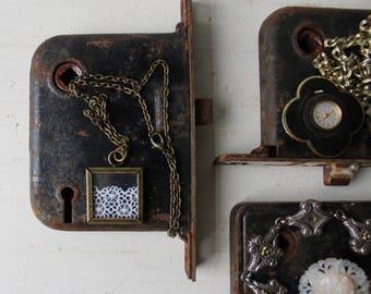 UN bijoux affichage - porte Antique matériel bijoux Prop - noir & rouille Architectural Salvage collier en métal / Bracelet / bague en toile de fond