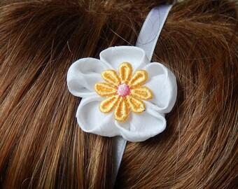 Elastic headband with kanzashi white/yellow flower