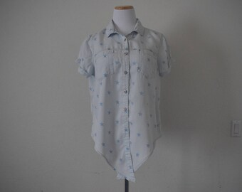 90s women's vintage All Americana button up top/ summer-spring/short sleeves/ ties at the bottom/ hipster geek/ lyocell/ stars/ size M-L
