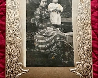 Black and white photo on cardboard, mother and her child time 19th century, taken by a sketch artist