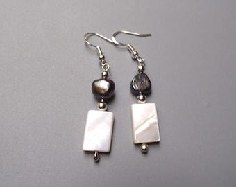 Dangle earrings, Pearl and freshwater pearls. .