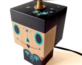 """Petite Lampe cubique en bois """"Calavera"""" inspiration Mexicaine noire et turquoise + Abat-jour noir - douille laiton - peinte à la main"""