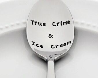Cadeaux Halloween: True Crime & crème glacée   MFM podcast   Estampillé cuillère en acier inoxydable   Murderino cadeau   Cadeaux pour les lecteurs