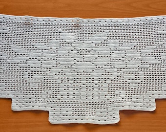 Vintage Crochet Doily, 17 x 9.5 inch Vintage Doily with Spring Flowers Bouquet Pattern