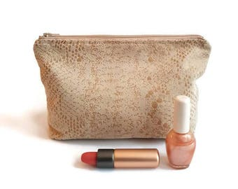 Makeuptasje of a supple leather look fabric with the pattern of a snake, makeup bag for storing your makeup and brushes, bag.