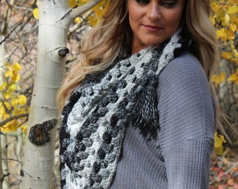 Black and white triangle scarf | Triangle scarf | Crochet scarf | Crochet accessories | Winter fashion | Winter accessories | Women's scarf