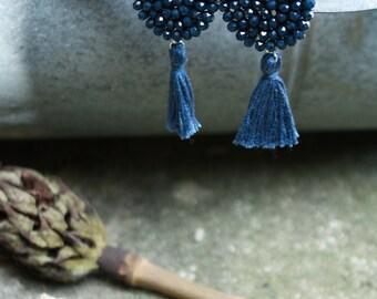 DALIA | Orecchini blu notte con nappa, Orecchini nappina, orecchini blu, orecchini boho, orecchini pendenti, orecchini ricamati con perline