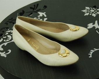Ferragamo shoes 1980s ivory bone color leather low heel Size 7.5