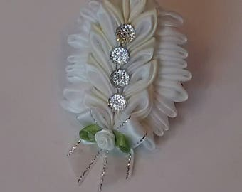 Kanzashi hair clip in white and cream