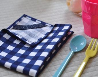 Blue gingham napkin for kids. Serviette de table à carreaux bleus. Napkins.