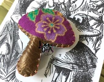 Alice im Wunderland - Fliegenpilz - Leder - Brosche - Pin - handgefertigt - Abzeichen - Pilz - leicht zu tragen - jeden Tag tragen
