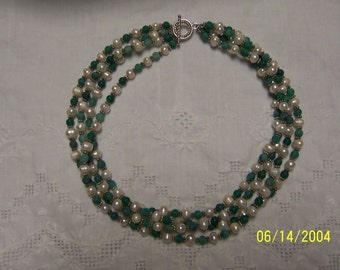 Vintage White Fresh water pearls and green matte agate necklace. Silver plated.