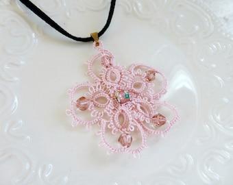 Collier frivolité, dentelle frivolité, frivolité pendentif, cordon velours, collier rose, bijoux de frivolité, bijoux dentelle, idée cadeau, prête à être expédié