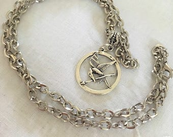 Necklace chain mesh embellished with a pendant of hunger games mocking Jay curb