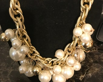 Large pearl necklace on gold link