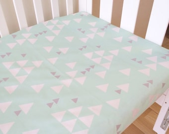 Modern Fitted Crib Sheet, Baby cot sheet, Nursery Fitted sheet, modern baby bedding. Mint green baby bedding. Triangles sheet.