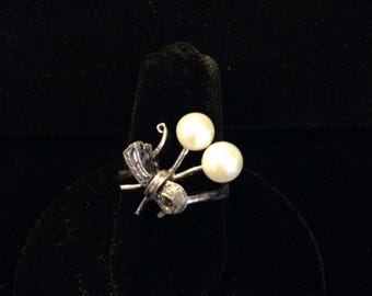 1940s silver bow and pearl ring.
