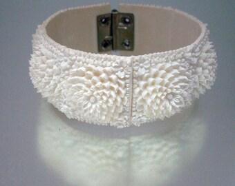 Celluloïd sculpté moulé Clamper Bracelet fleurs mamans Off blanc Vintage