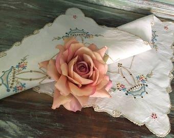 gorgeous vintage tray cloth vintage table linen floral Aplique vintage linen