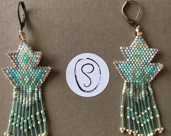 Boucles d'oreilles pendantes triangles en perles miyuki tissées dans les tons vert turquoise et vieux roses