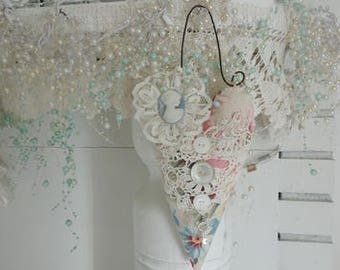 Sweet Hanging Heart*Vintage Lace & Cameo