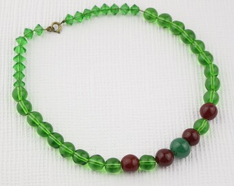 1970s Very Short Green and Burgundy Glass Beaded Necklace Plain Round Shaped Beads