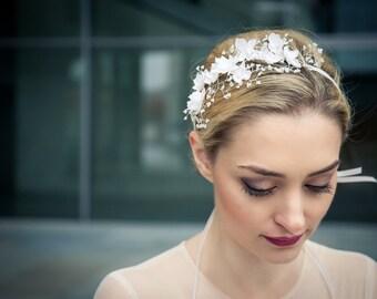 Hochzeit / Braut Haarschmuck / Haarband / Headpiece aus Seidenblüten auf einem Gesteck von feinen Perlen - Octavia