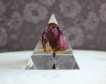 Paperweight or object Deco pyramid 5 x 5.5 cm in resin and includes a Red Rose button