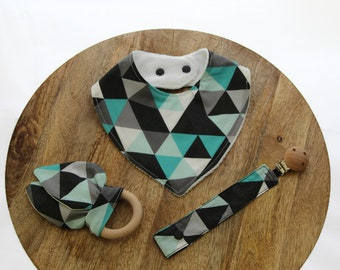 Neutral Baby gift set / Baby shower gift / Organic bib set / fabric dummy clip / soother holder / Geometric triangles / wood grasp ring