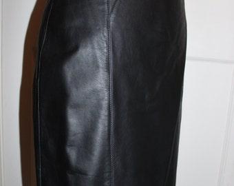 Jupe droite en cuir noir