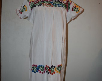 Vestido blanco  con bordado a mano, vestido mexicano, mexican dress, embroidered dress, white dress, oaxaca dress, huipil,  boho dress