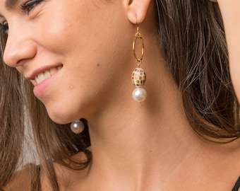 Pearl Earrings goldplated brass, freshwater pearls and mother of Pearl.