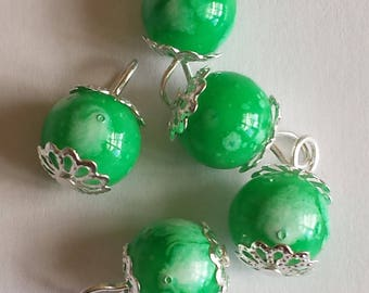 5 pendants 10mm white/green glass beads