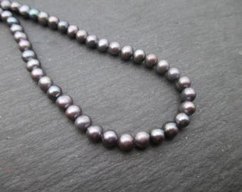 Round cultured pearls, iridescent dark gray, 4 mm to 5 mm * 10 beads